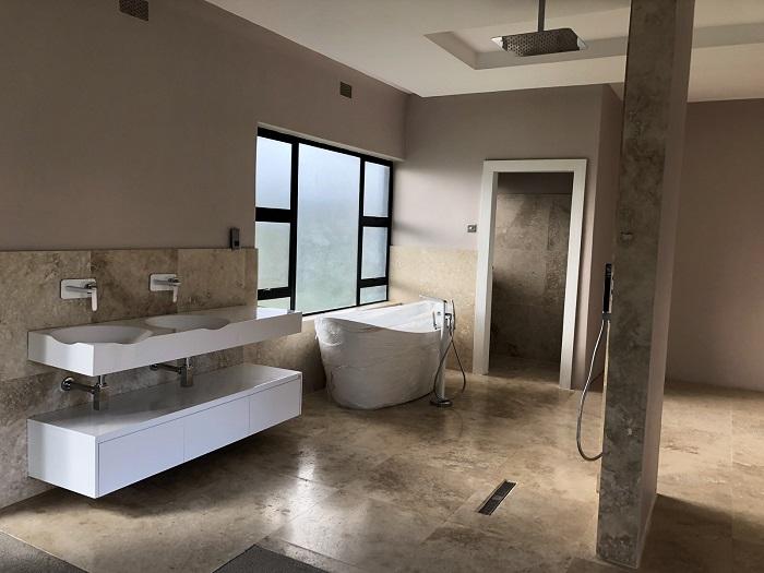 Современная ванная комната с продуманной планировкой, строгим и сдержанным стилем.