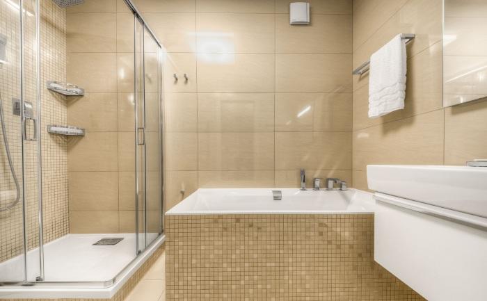 Использование плитки небольших размеров вызовет зрительное увеличение ванной комнаты и будет эффективным выходом для отделки небольшого помещения.