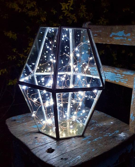 Фантастический садовый светильник, сделанный из простой металлической конструкции и гирлянд, наполнит участок мягким чарующим светом.