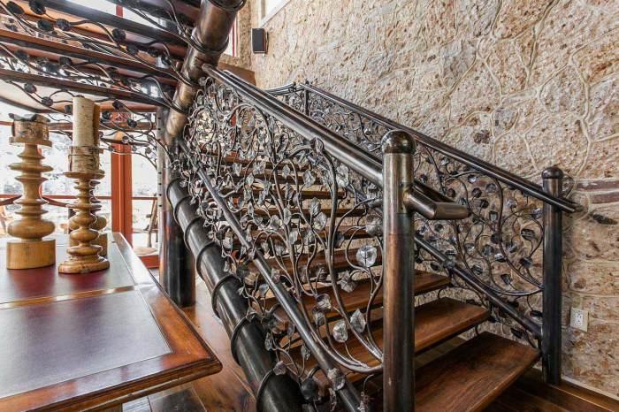 Лестница, выполненная из металла и украшенная коваными перилами.
