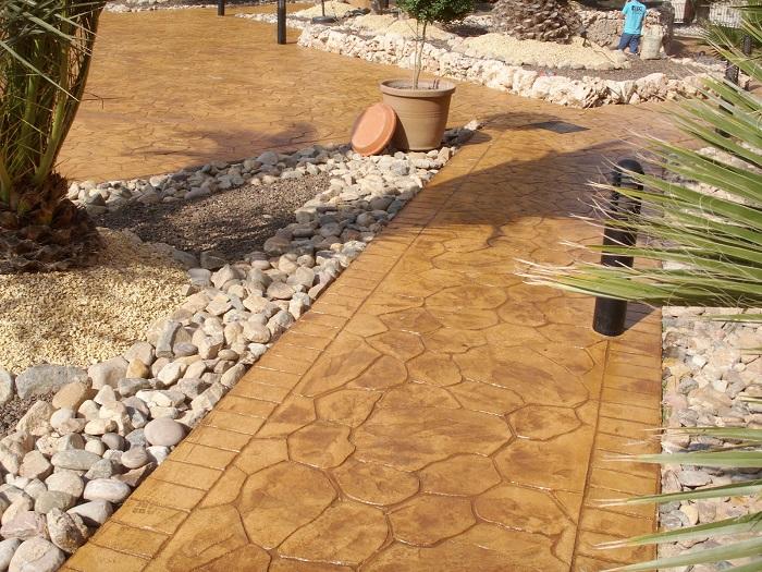 В настоящее время садовые дрожки из бетона стали одним из самых популярных вариантов в ландшафтном дизайне.