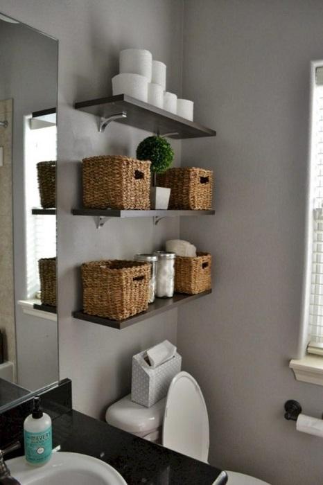 Для хранения банных принадлежностей можно использовать обычные плетённые ящики.