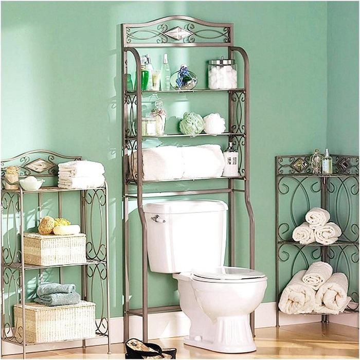 Правильно подобранная этажерка позволит сохранить больше пространства в ванной комнате.