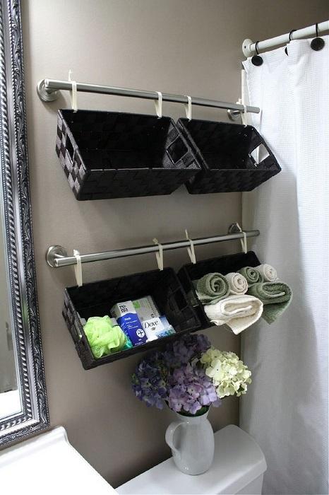 Пластиковые контейнеры для аккуратной организации свободного пространства в ванной комнате.