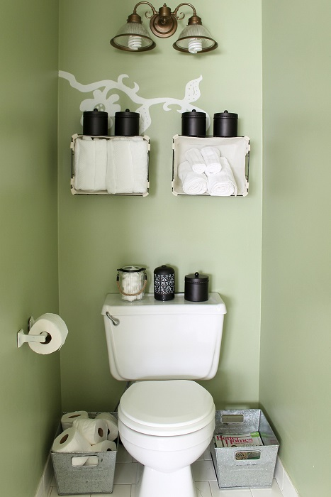 Металлические контейнеры для хранения туалетной бумаги.