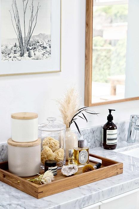 Деревянный лоток - идеальный переносной органайзер для ванной комнаты.
