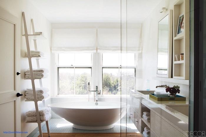 Старую стремянку можно использовать для создания мобильного стеллажа для ванной комнаты.