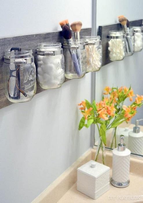 Органайзеры из банок позволят максимально разгрузить горизонтальные поверхности в ванной комнате.