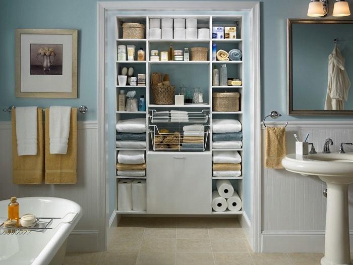 Небольшой стеллаж хорошо дополнит интерьер ванной комнаты и позволит держать под рукой часто используемые предметы.