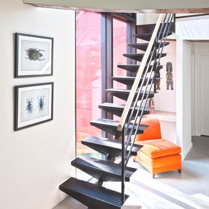 Лестница на стильном металлическом каркасе.