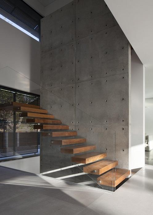 Лаконичная лестница со стеклянными перилами.