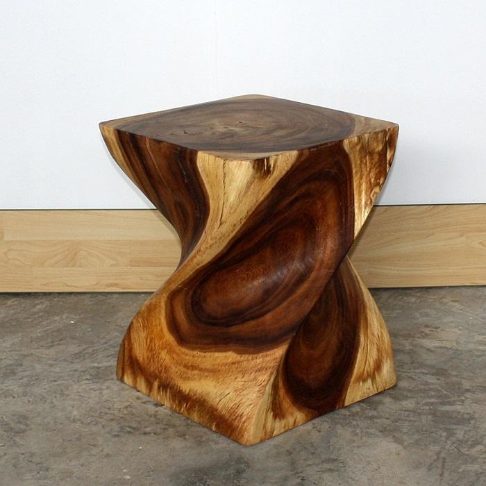 Стул, вырезанный из бревна, который можно использовать как журнальный столик.
