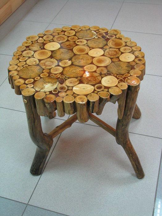 Стул из спилов древесины, который выступает свидетельством творческого самовыражения.