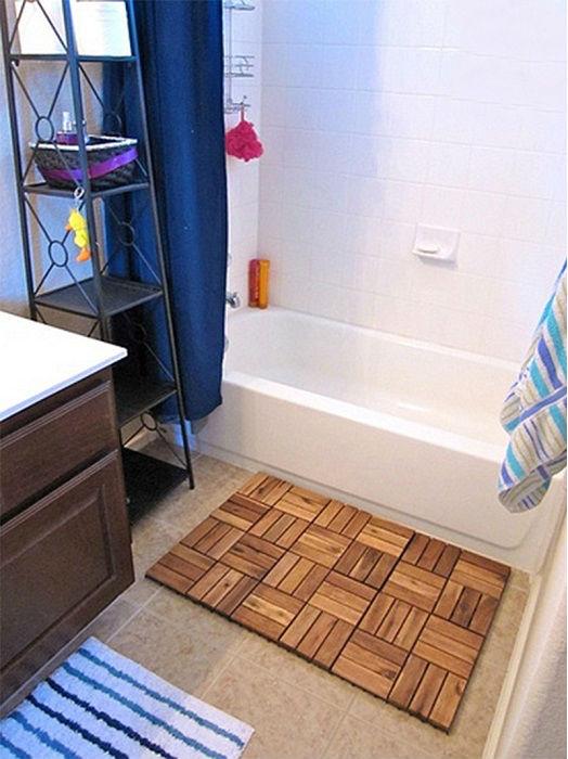Стильный деревянный коврик для ванной комнаты, который можно разместить перед ванной или душевой кабиной.