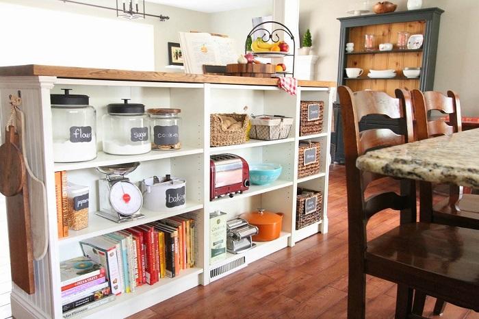 Обычные книжные полки можно превратить в современную систему для хранения кухонной утвари.