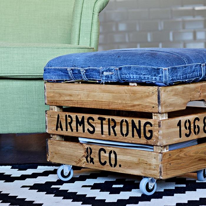 Старый деревянный ящик - дешёвый и оригинальный способ создать самодельный передвижной шкаф на колёсиках.