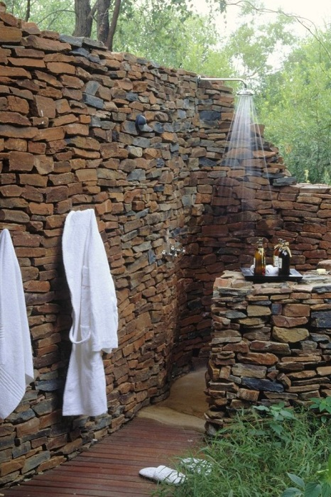 Ограждения для летнего душа из натурального камня можно возводить с использованием сухой кладки.