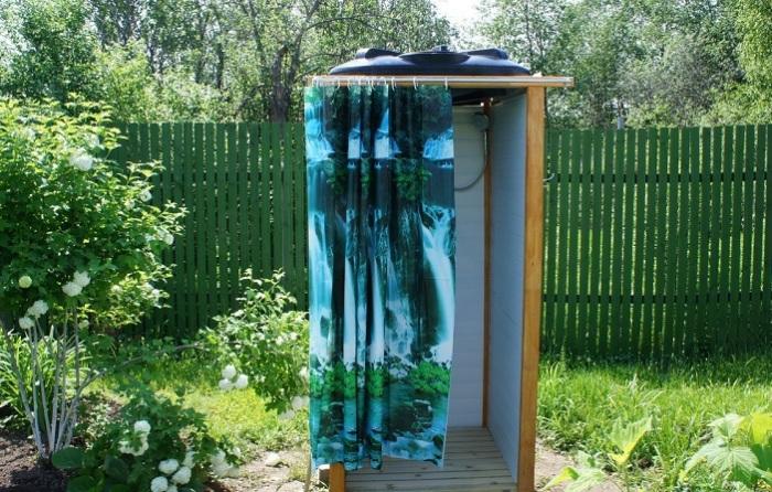 Летний душ можно легко изготовить из старого профнастила, который мог остаться после постройки забора.