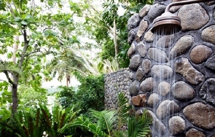 Летний душ из природных материалов - одно из неотъемлемых дополнений для современного загородного участка.