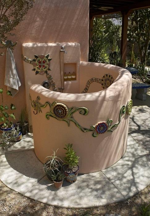 Необычный летний душ из глины, который был выполнен в средиземноморском стиле.