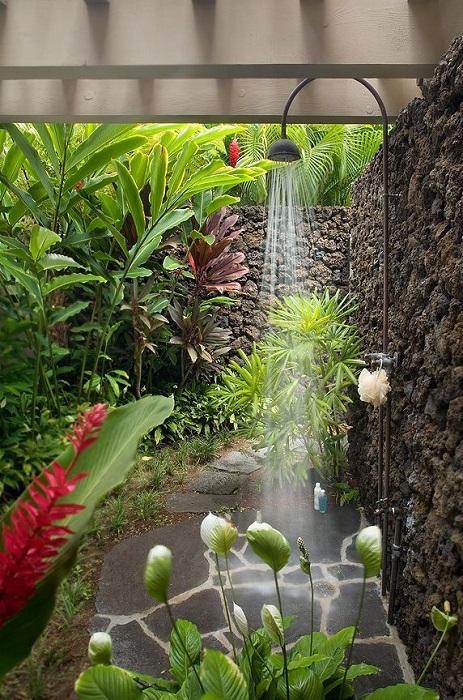 Летний душ среди тропических цветов и растений.