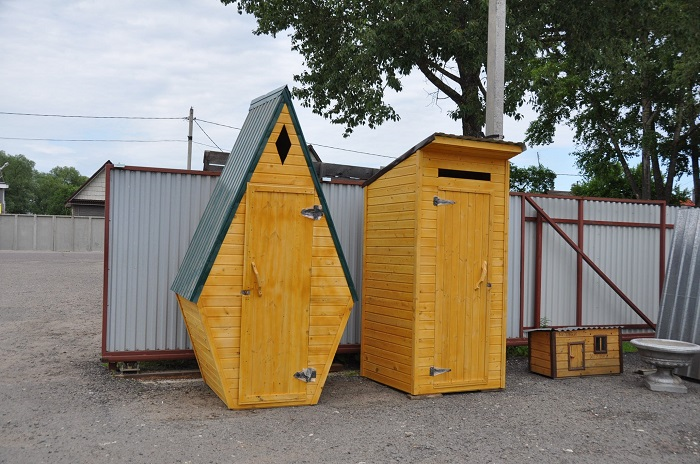 Душевая кабинка из недорогой древесины - это самый простой и распространённый вариант, который часто используется на загородных участках.
