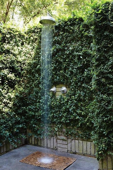 Душ в окружении густой зелени.