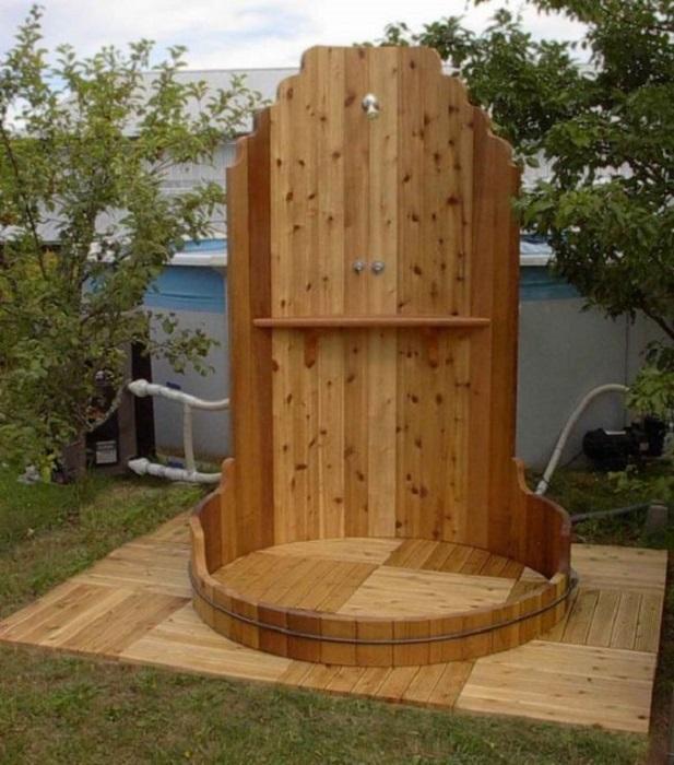 Летний душ, созданный исключительно из экологически чистых материалов.