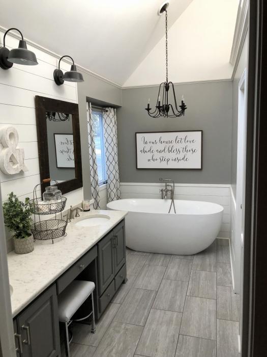 Стильный интерьер ванной комнаты, в которой прекрасно удалось сочетать разные оттенки.