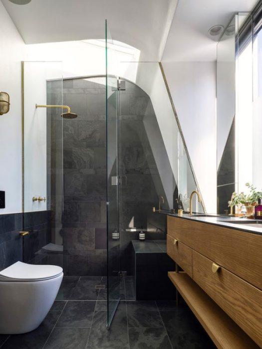 Интерьер мужской ванной комнаты может быть как классическим, так и минималистским.