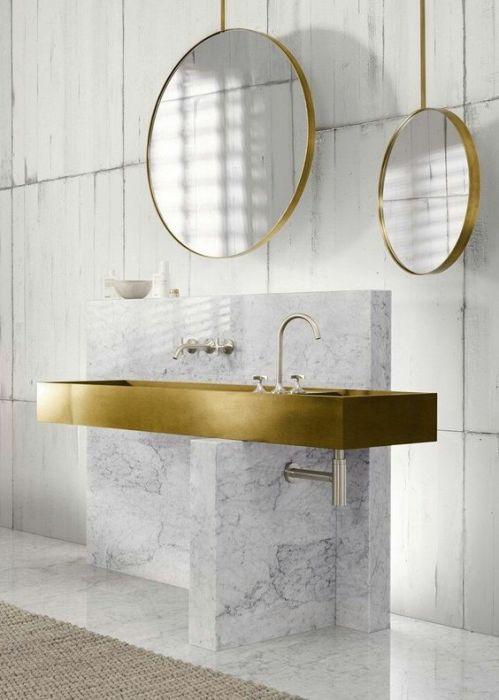Мрамор - эстетичный и долговечный материал, который идеально подойдёт для ванной комнаты.