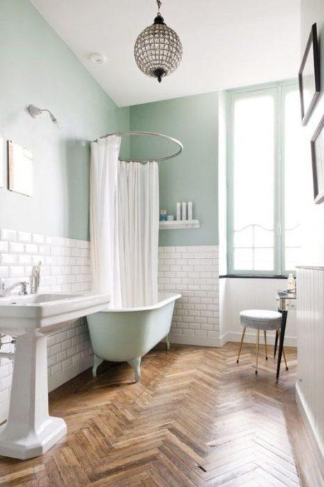 Стильный пример дизайна ванной комнаты с комбинированной отделкой стен.