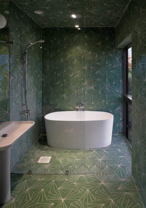 Мозаичная плитка в минималистском интерьере ванной комнаты.