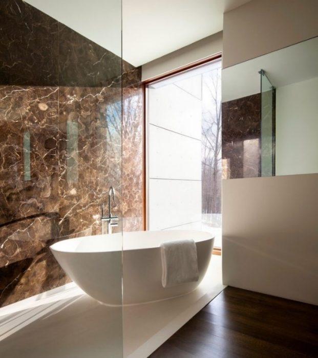 Керамическая плитка с имитацией мрамора для ванной комнаты является наиболее трендовым отделочным материалом.