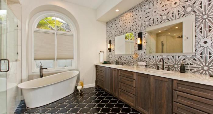 Керамическая плитка-мозаика в ванной комнате – отличное решение для просторного помещения.