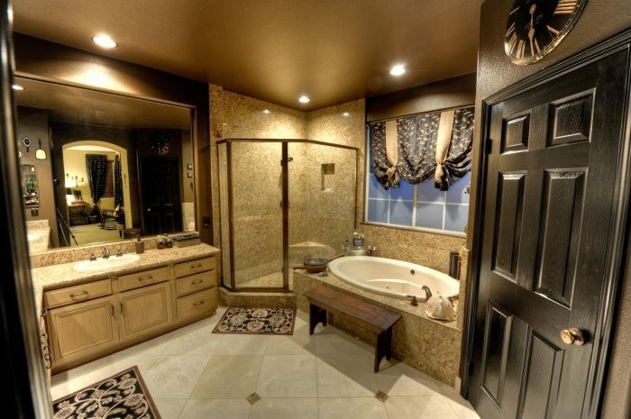 Фантастическая ванная комната, в которой гармоничным образом удалось совместить сразу несколько стилистических направлений.