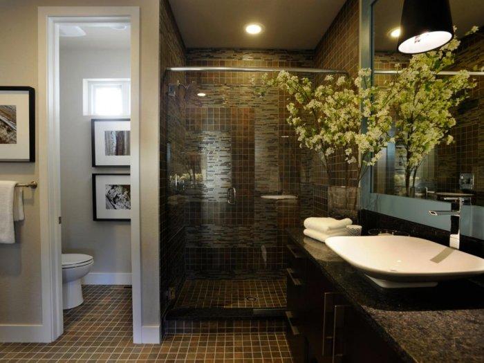 Современная ванная комната, оформленная в приятных глазу оттенках.
