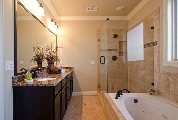 Оригинальный интерьер ванной комнаты, оформленной в классическом стиле.