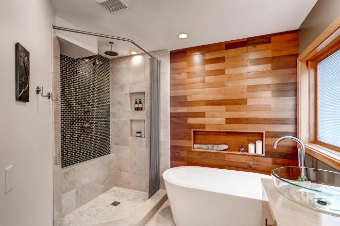 Просторная ванная комната с акцентной стеной из дорогой породы древесины.