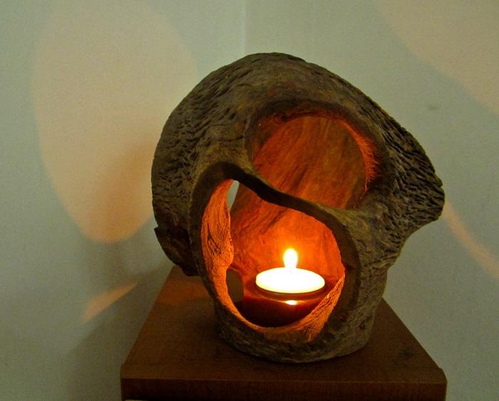 «Аномальный светильник», который напоминает дерево, подвергшееся сильной мутации.