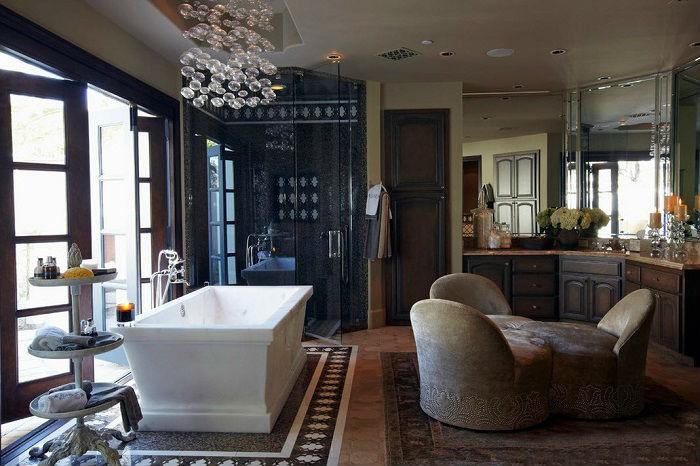 Просторная ванная комната, которая вобрала в себя элементы арабского и классического стиля.