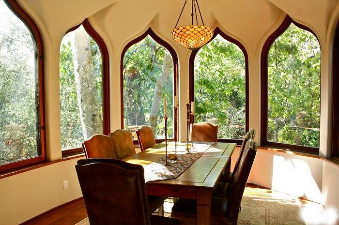 Окна в восточном стиле всегда привлекают внимание не только гостей, но и соседей.
