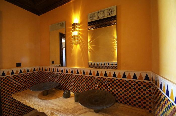 Восточная керамическая плитка подходит для любого интерьера и может применяться в любом помещении.