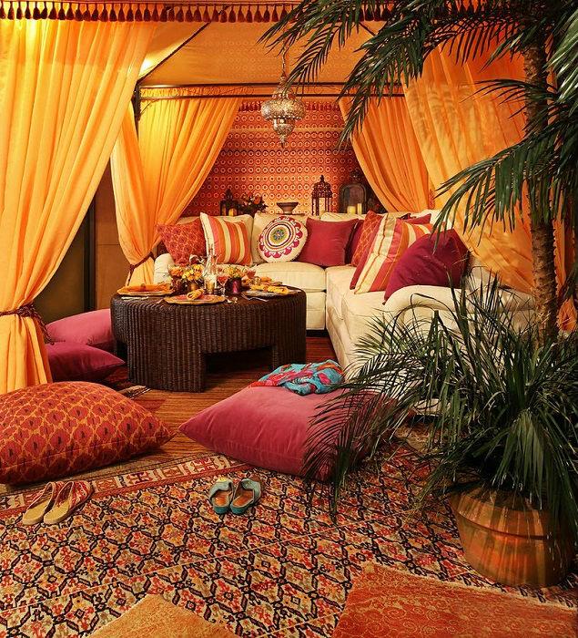 Импровизированная палатка – деталь, которая характерна для арабского кочевого образа жизни.
