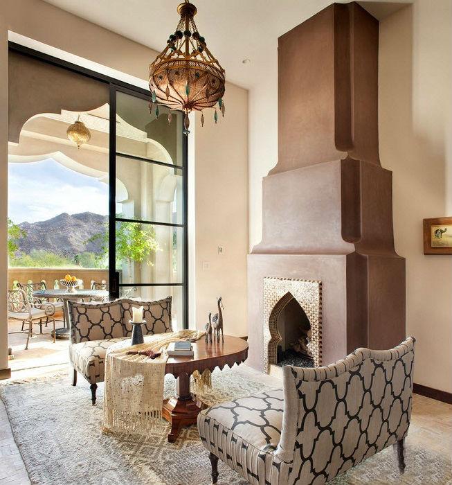 Открытая светлая гостиная комната, которая создаёт ощущение величия и торжественности.