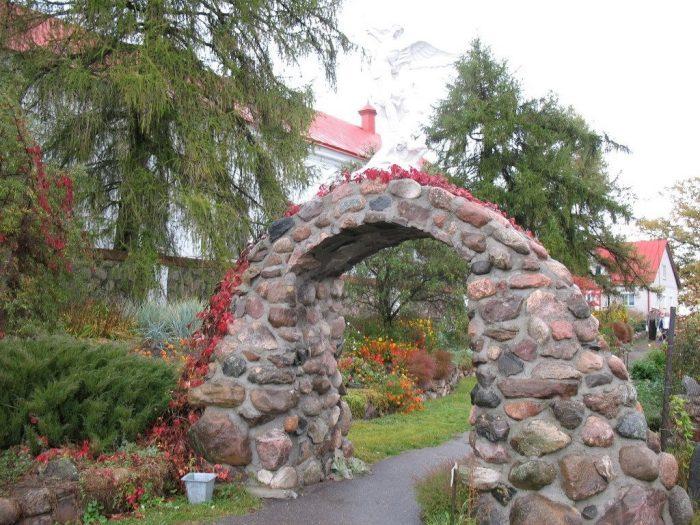 Выложенный из камня свод гармонично впишется в ландшафтный дизайн и поможет создать необыкновенную атмосферу.