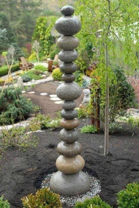 Из обычной гальки можно создать оригинальную садовую композицию, которая сразу привлечёт к себе внимание гостей.
