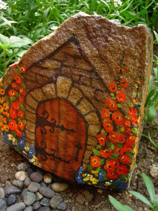 Из обычного камня может получится сказочный домик.