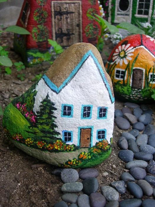 Домики из камушков, которые станут отличным украшением придомовой территории.