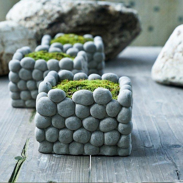 Небольшие кашпо для садового участка, которые можно декорировать мелкой галькой.